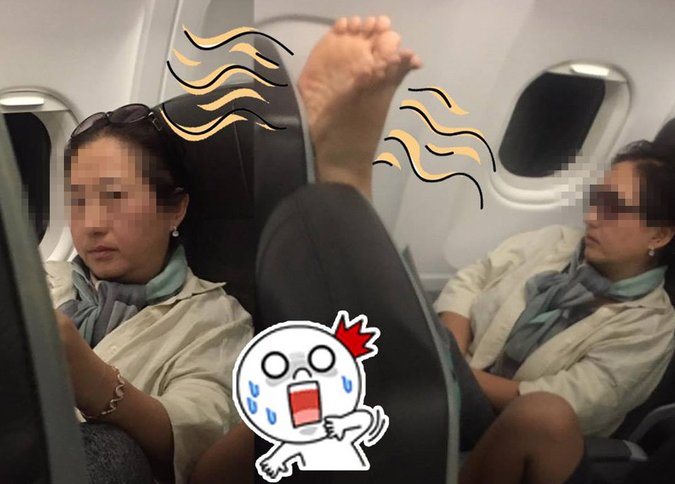 女子机舱内被韩国大妈拍醒:你换个座 我晾脚