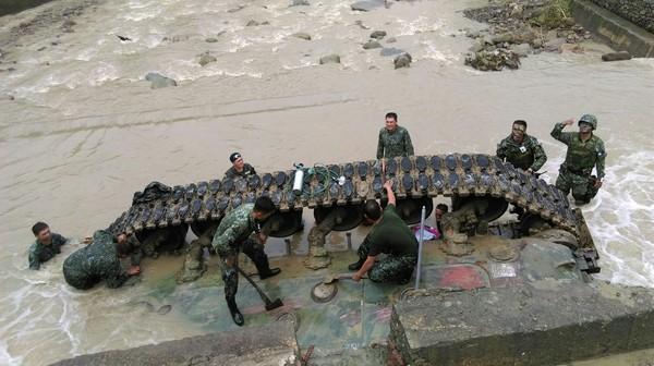台军坦克坠溪事故调查 因通讯不良士兵自购民用无线电