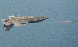 美国F35C战机倒飞发射导弹