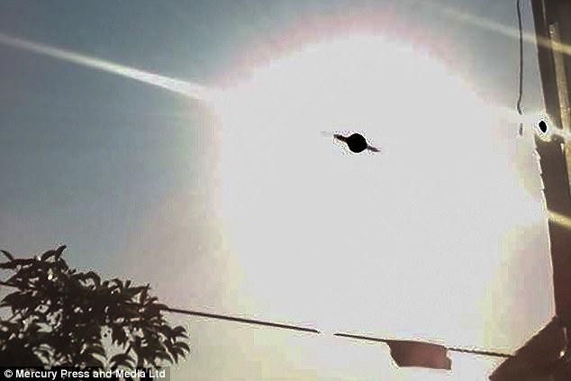 震惊!英国男子自家花园拍到UFO 类似行星形状