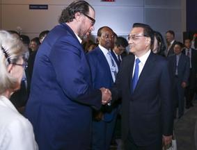 李克强同国际工商企业代表举行对话会