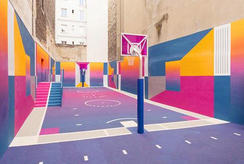 巴黎郊区楼间建彩色篮球场 梦幻十足