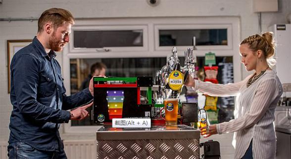 英大学生发明倒酒机器人 欲挑战专业调酒师