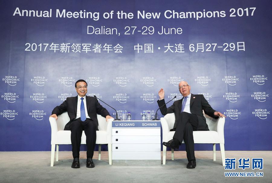 6月28日,国务院总理李克强在大连国际会议中心同出席2017年夏季达沃斯论坛的国际工商企业界代表举行对话会。世界经济论坛主席施瓦布等出席对话会。新华社记者 庞兴雷 摄