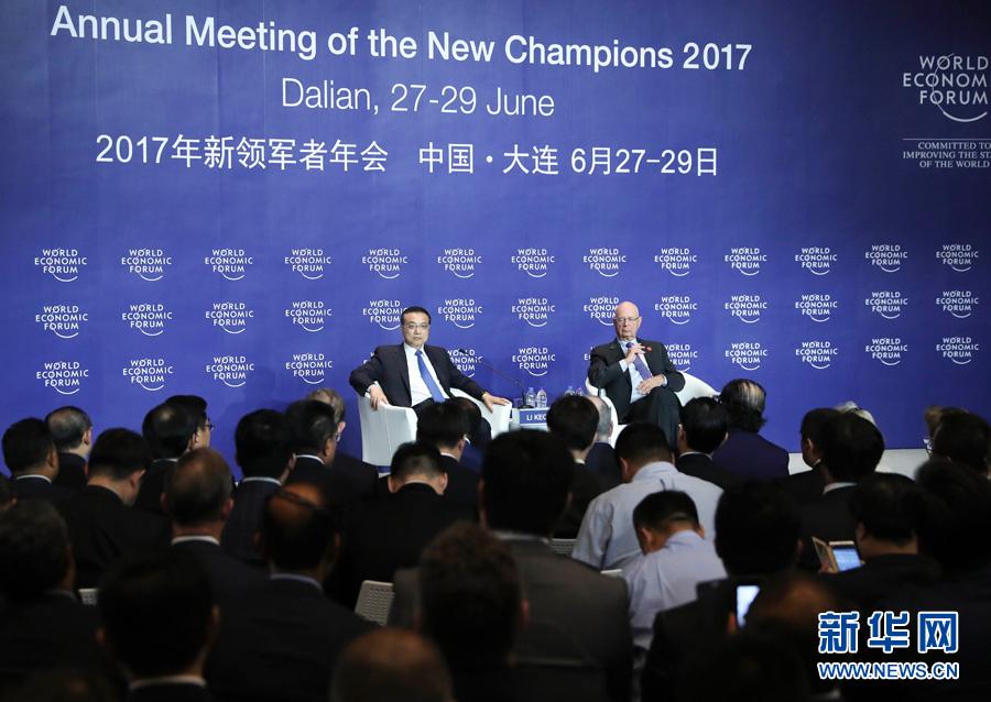 6月28日,国务院总理李克强在大连国际会议中心同出席2017年夏季达沃斯论坛的国际工商企业界代表举行对话会。新华社记者 庞兴雷 摄