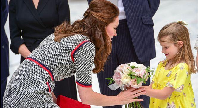 英国凯特王妃出席活动 获小女孩献花