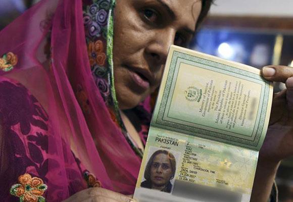 """巴基斯坦签发国内首例""""第三性""""护照"""