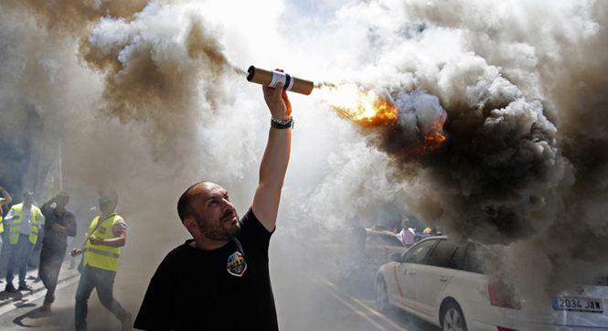 西班牙出租车罢工抗议打车软件 点燃照明弹烟雾缭绕