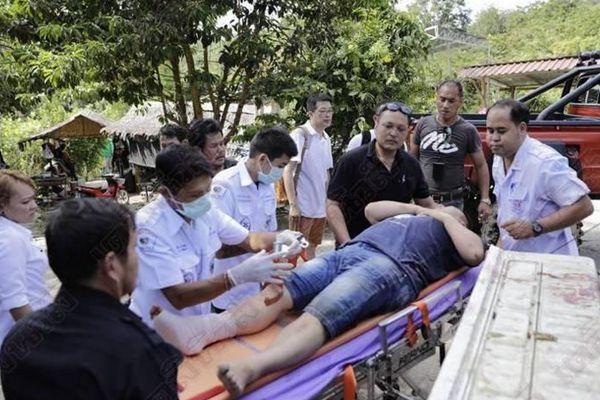 泰国大象受惊吓失控 4名中国游客被甩下