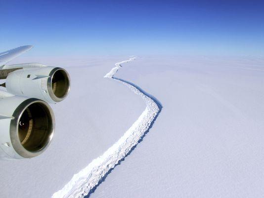 南极冰架裂缝增速惊人 最大冰山或将现身