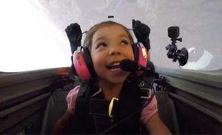 美国十岁小女孩独自驾驶飞机飞行 玩特技动作