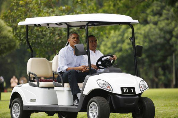 """奥巴马拜访印尼总统府 佐科-维多多亲自当""""司机"""""""