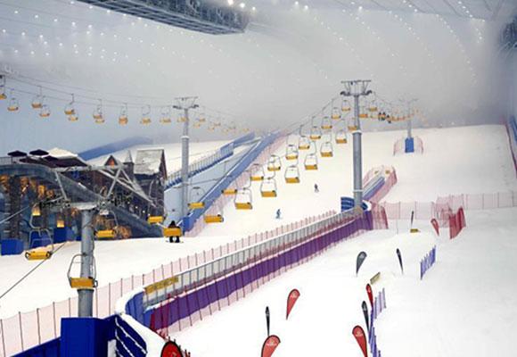 哈尔滨全球最大室内滑雪场开业 实现四季纳客