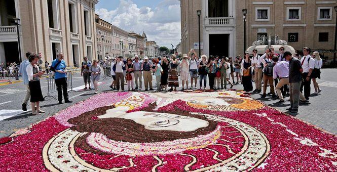 意大利罗马举办宗教花节 用花瓣造就绝美画作