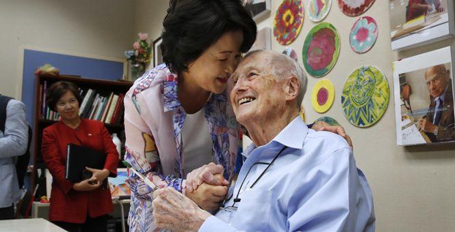 韩第一夫人造访美国老年中心 与老人作画亲切互动