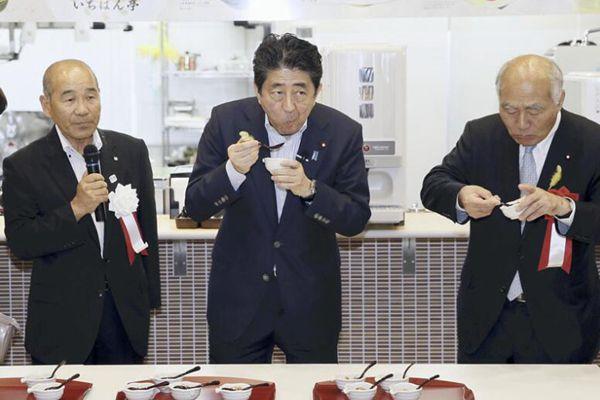 """安倍""""健康门""""后又访福岛核灾区 无惧辐射大口品尝美食"""