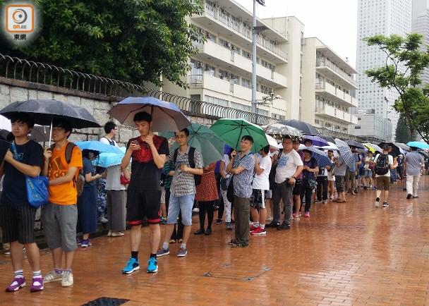 辽宁舰赴港引发热潮!香港市民冒雨排队领门票(图)