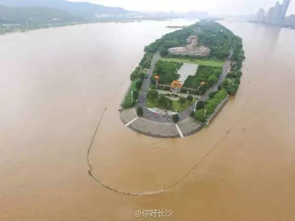 一位湖南辰溪网友发布的水灾前后对比图: (花垣边城镇,清水江水位