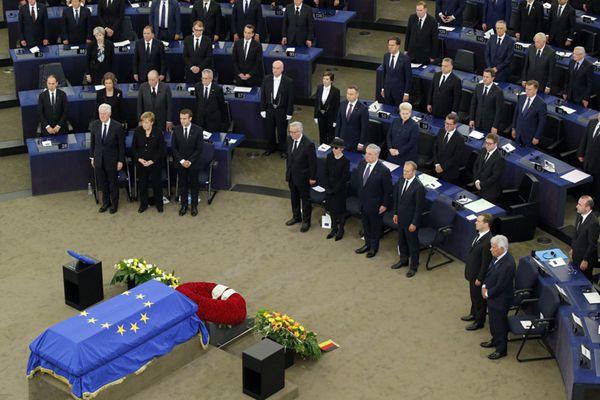"""欧盟为德国前总理举行""""欧盟葬礼"""" 多位国际政要出席"""