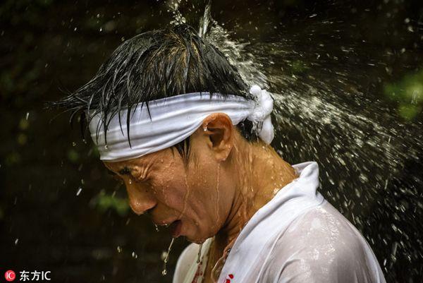 """日本男子参加""""本命年""""净化仪式 瀑布下沐浴净身求好运"""