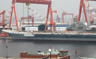 国产航母新进展:甲板拉起标语