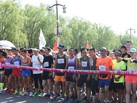 甘肃崆峒山登山赛开赛 中外数千名选手酷暑中角逐