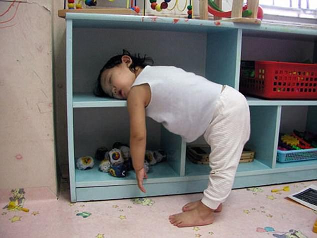 小孩瞌睡虫来了谁也拦不住图片