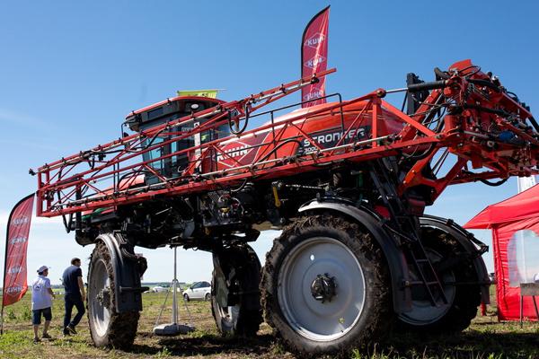 俄罗斯举行耕地大赛 大马力巨型拖拉机亮相令人惊叹