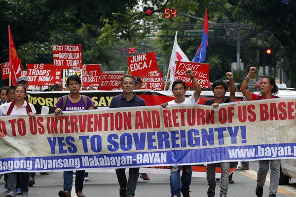 菲律宾民众在美使馆门前发起大规模抗议 谴责美国军事援助
