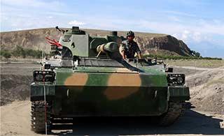 新疆装甲团戈壁上苦练火炮操作