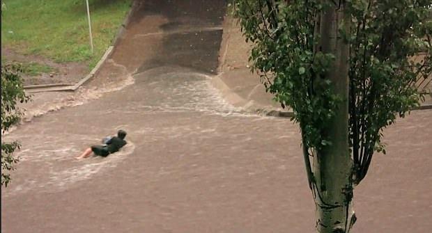 乌克兰女子冒然趟洪水过马路被冲走