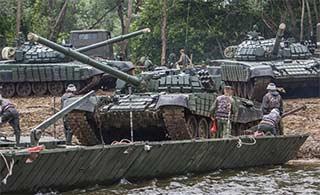 俄部队如何快速搭出坦克通行浮桥