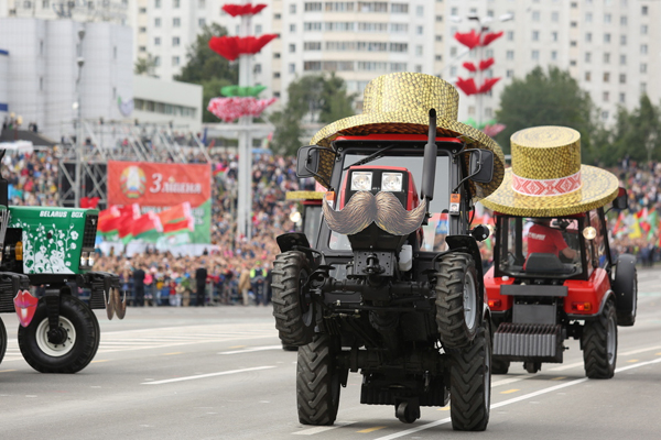 白俄罗斯举行独立日盛大阅兵式 农用机械车齐上阵