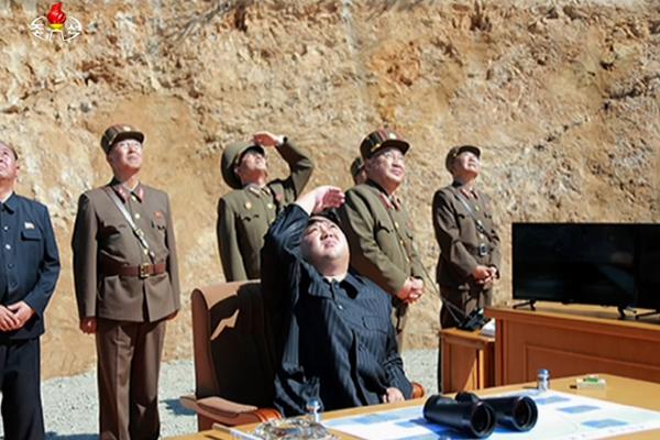 朝鲜洲际弹道导弹试射场面曝光 金正恩观看发射