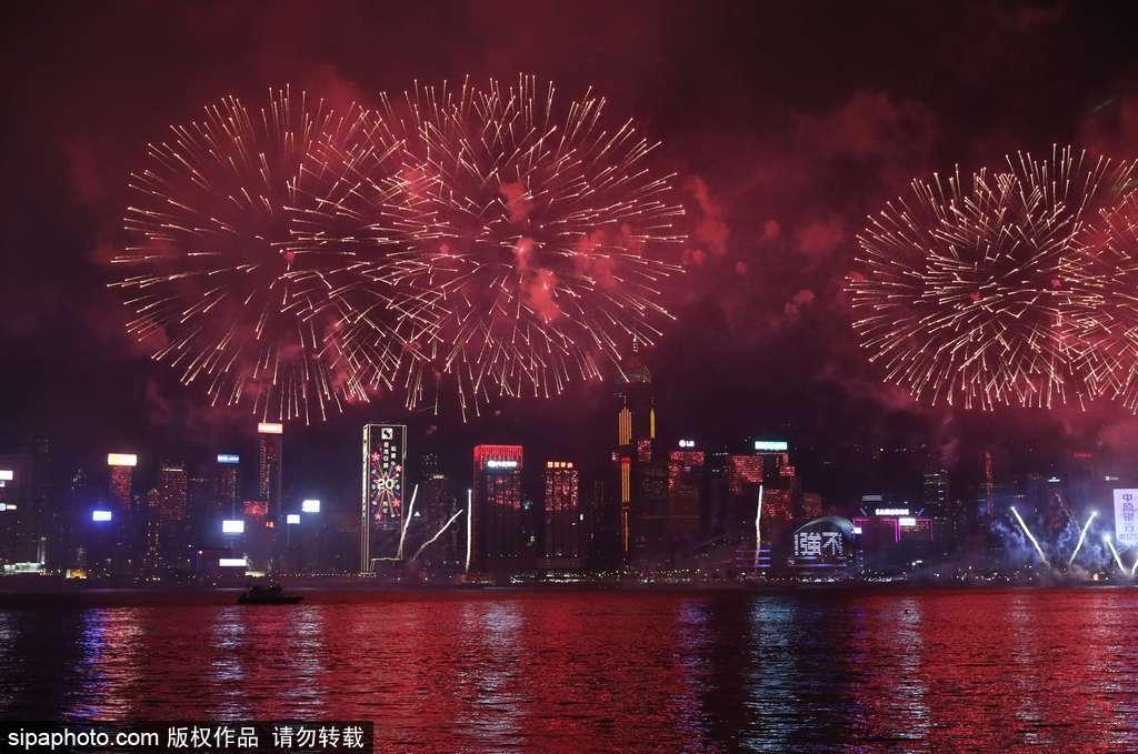 庆香港回归20周年 维多利亚港夜晚烟火璀璨美不胜收(上)