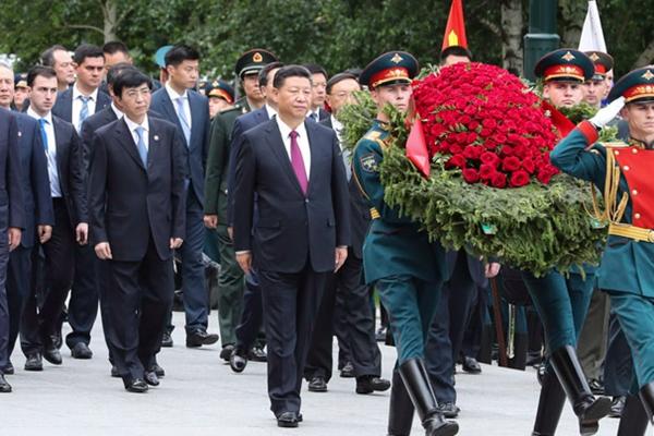 习近平向俄罗斯无名烈士墓敬献花圈