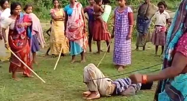 印度1强奸犯遭数名女性捆绑持棍毒打