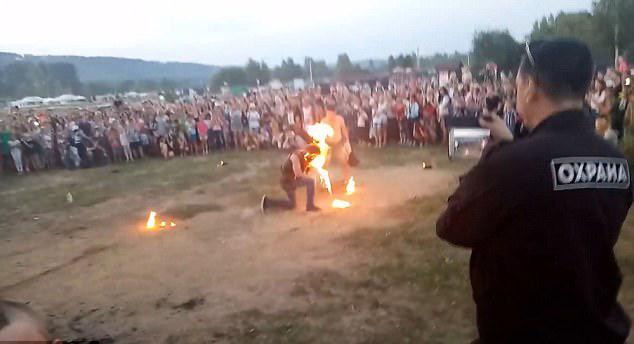 惊魂!俄男子庆典上表演喷火发生意外烧伤面部
