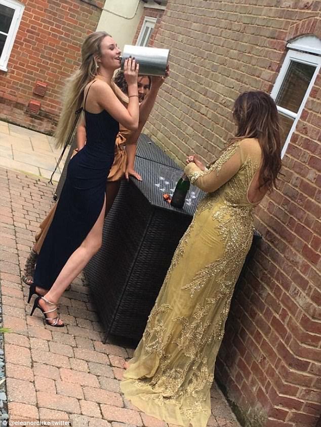 英大学生酒瓶当手包参加毕业舞会获赞
