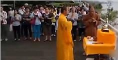 黄袍男祈祷退洪跳桥自杀
