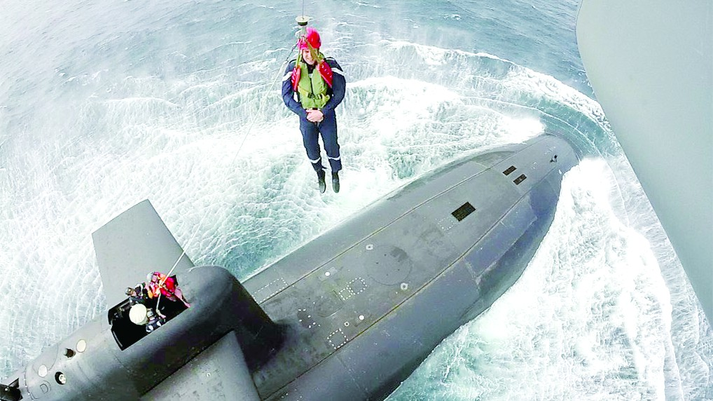 """马克龙耍帅:直升机""""索降""""本国核潜艇视察"""