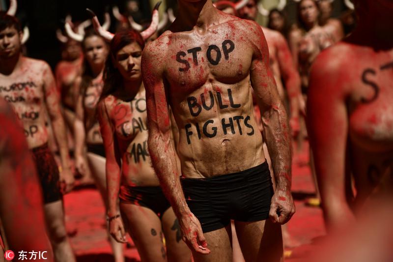 西班牙奔牛节将至 民众裸身抗议斗牛