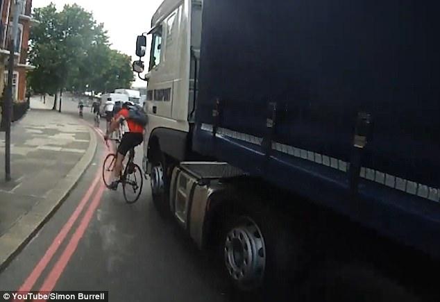 """英男子骑自行车""""别""""卡车场面惊心动魄 幸未受伤"""