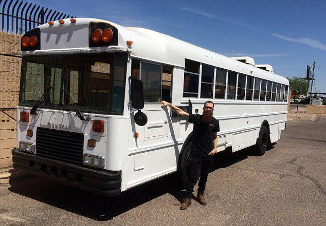美国28岁管钳工将旧校车改装成豪华房车畅游全国