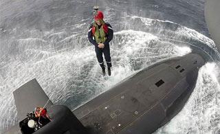 """法国总统乘直升机""""索降""""到核潜艇上视察"""