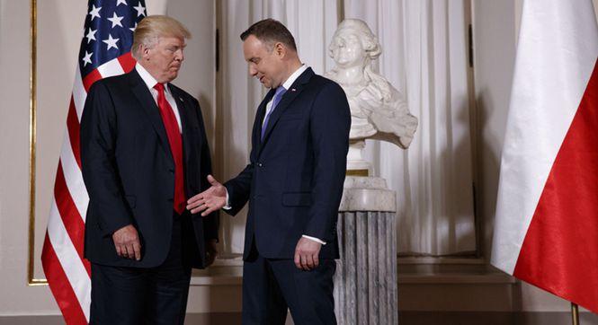 """特朗普抵达波兰访问 波兰总统:来让我感受下你的""""握手杀"""