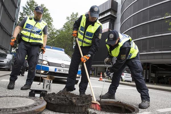 G20峰会前夕 汉堡警察排查街道下水系统