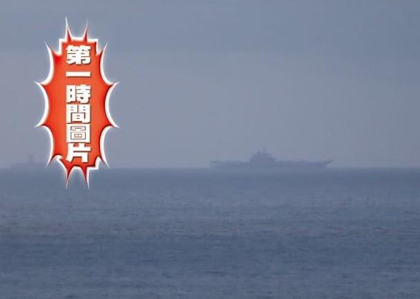 辽宁舰今晨抵香港 市民:作为中国人好开心