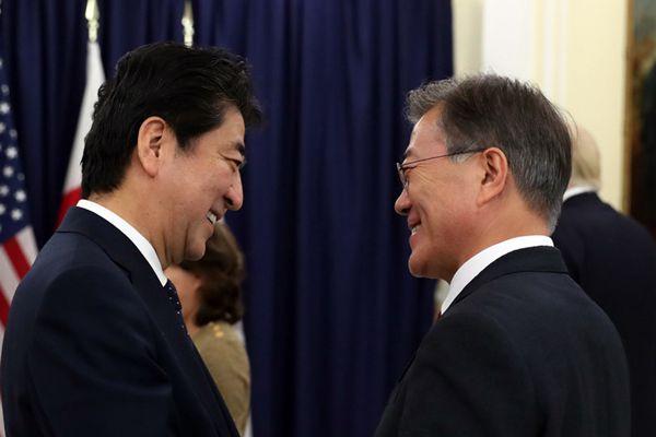 """韩美日三国领导人会晤共进晚餐 安倍文在寅""""一笑泯恩仇"""""""