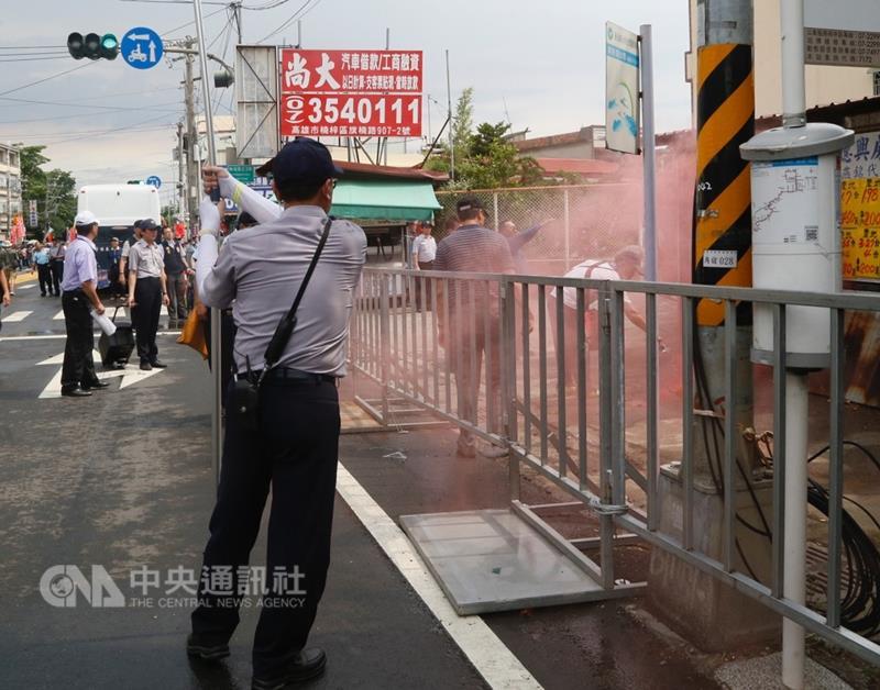蔡英文拜天后宫 遭民众扔烟雾弹抗议